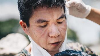 化學兵爆汗「清消足跡」滿臉印痕 2.2萬網友讚翻