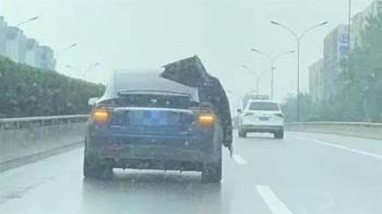 特斯拉「不關車門」淋雨狂飆 車主痛訴:實力不允許