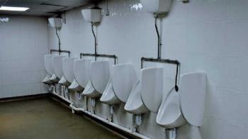 馬桶沖水病毒噴飛1人高!公廁恐成破口 醫曝傳染風險