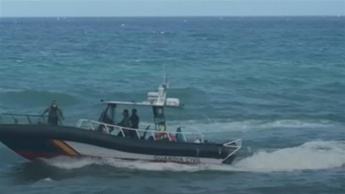 摩洛哥少年綁空瓶「漂到西班牙」上岸遭逮大哭:寧死不回國