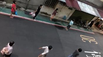 倒垃圾「維持社交距離」 1.5公尺高素質奇景曝光