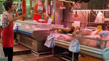 天降阿伯!他失足墜1樓肉鋪冷凍櫃 店員喊:肉繼續賣