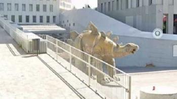 為撿手機!壯男詭異卡在恐龍上 路人聞屍臭味嚇壞