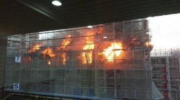 台中大樓工地火警「整層都燒紅」消防員獲報急灌救