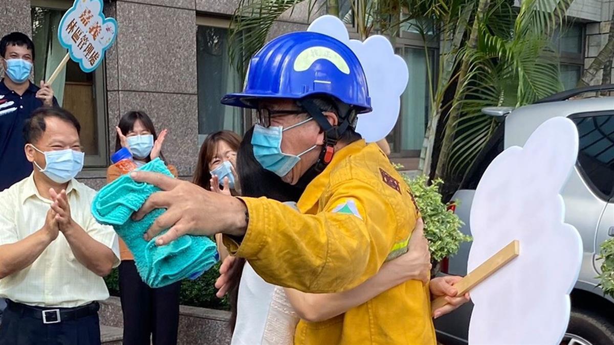 玉山救火12天 他疲累下山「緊抱老婆」逼哭萬人