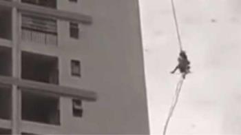 驚悚畫面曝!2工人爬高樓突遇怪風 緊抓繩子保命