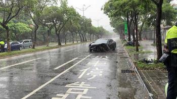 總統官邸旁驚傳車禍!保時捷高速撞路燈 4人緊急送醫