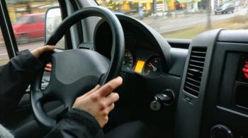 物流司機送貨餓整天!車內吃洋芋片遭敲窗:沒口罩檢舉你