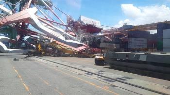 快訊/貨櫃輪撞高雄港碼頭 橋式起重機倒塌2人受困