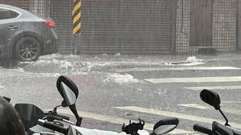 雨彈狂襲鶯歌!馬路炸開狂噴浪花 路人嚇壞:隆起越來越高