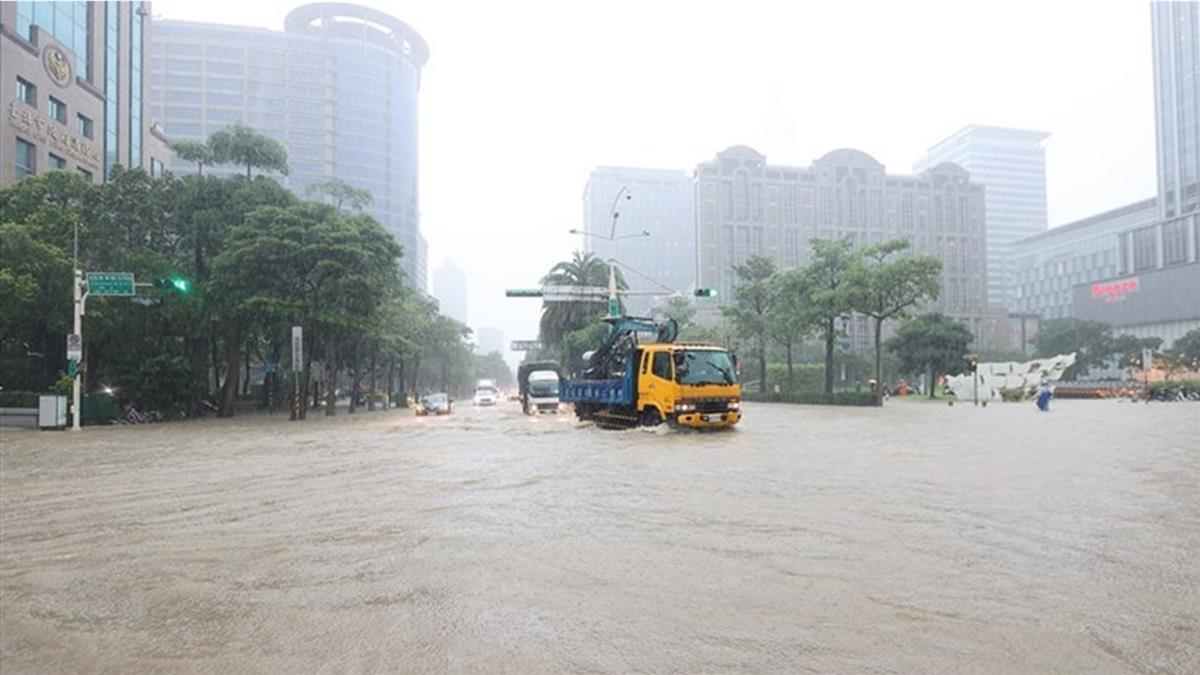 信義區暴雨狂炸 北市開放紅黃線停車到這時