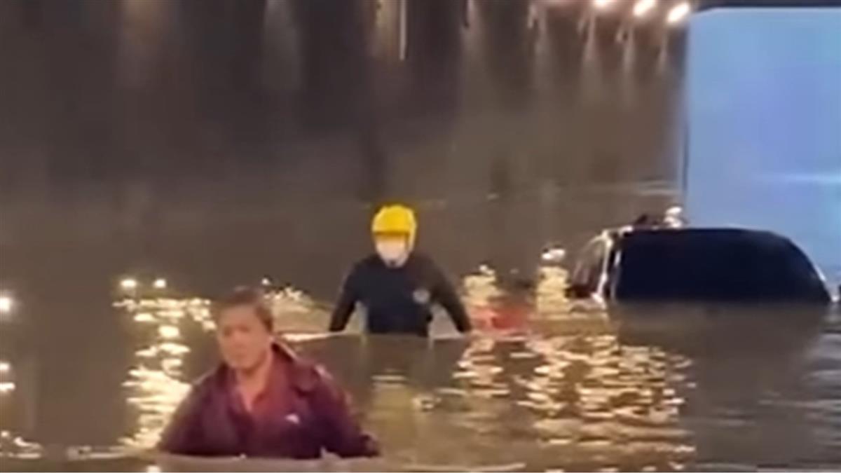 中山地下道淹水2車拋錨 金福路地下道消防游泳救人