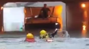 金福路地下道水淹2米 聯結車困消防游泳救駕駛