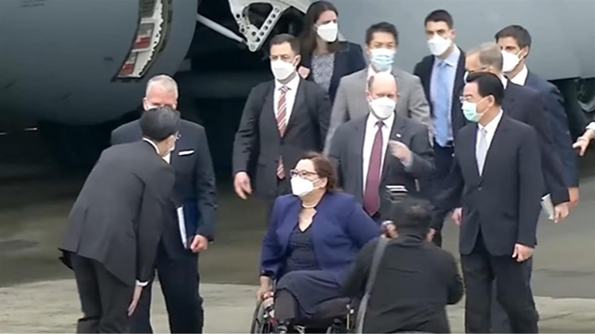 美參議員搭運輸機訪台3小時 藥師揭疑點爆「陰謀論」