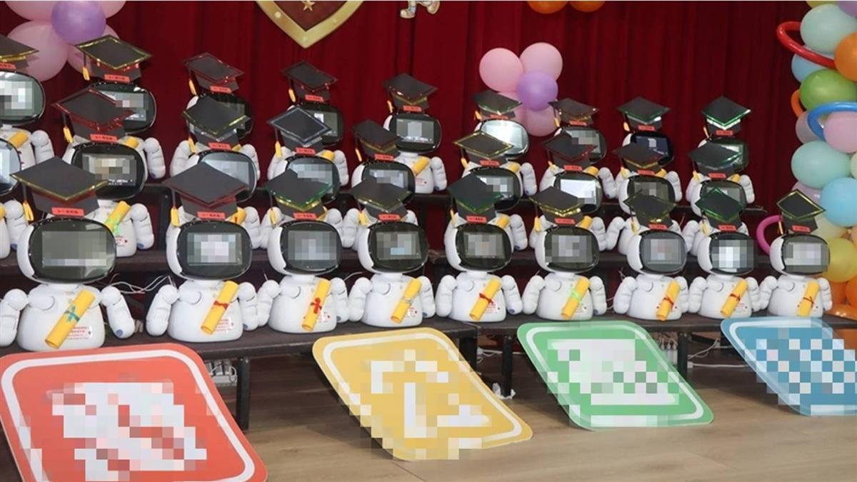 機器人畢業生挨酸像告別式 電玩畢典被讚酷