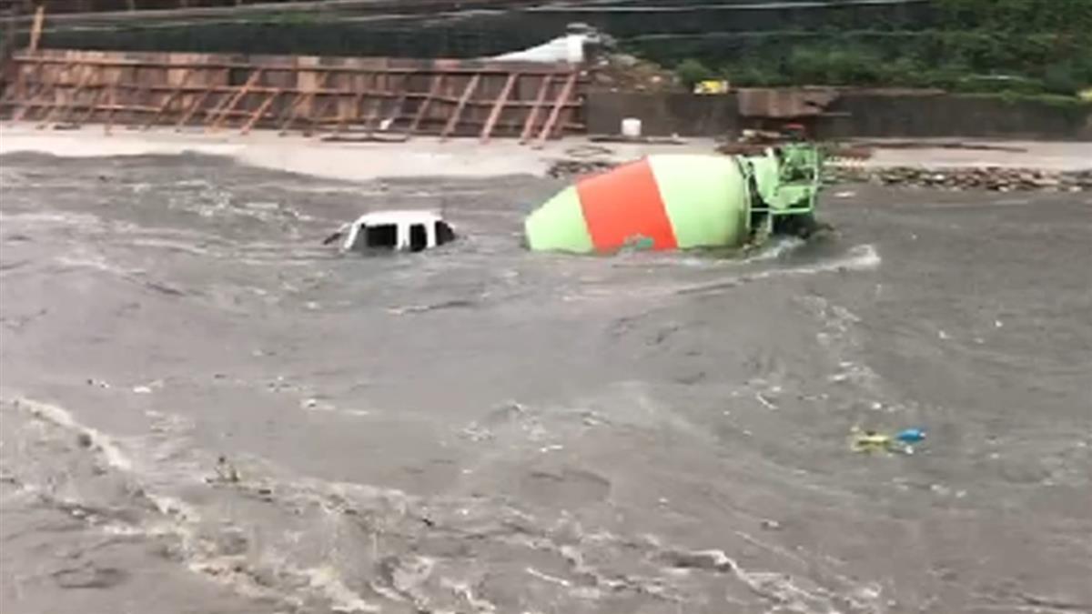 大雨強襲!桃園新街溪暴漲 水泥車直接跟著漂走
