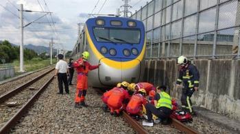 女闖軌道「敬禮躺下」!台鐵司機急煞嚇壞 她捲入腳掌全碎