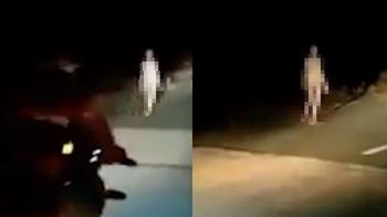 悚!裸女深夜橋上散步 騎士一看嚇壞:不是人