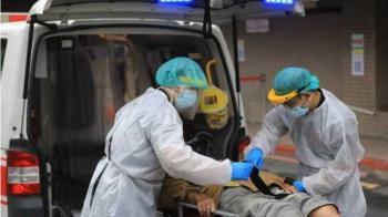 確診者插管麻藥失效!醫護遭「嘔吐物噴滿身」 在場9成全遭感染