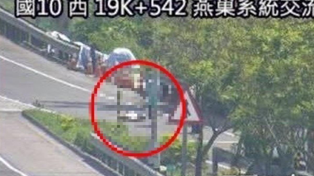 快訊/高雄男國道開一半「喘不過來」 下車求救倒路邊