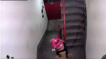 外送員樓梯間尿尿又吐汁 沒洗手直接送下一單