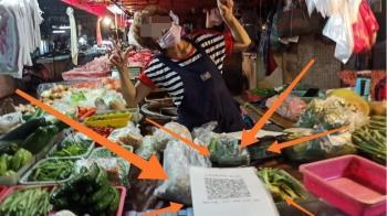 賣菜姨叫客人拍照「歪頭比YA」 下秒回神:是拍實聯制啦
