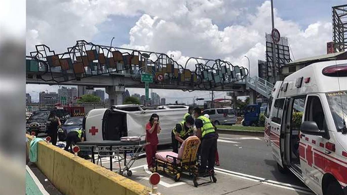 悚!台中救護車趕轉院 自撞分隔島翻車4人傷