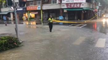 4縣市防大雷雨!中南部豪、大雨特報 高雄澄清路變小河