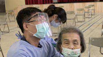 9旬嬤打疫苗顫抖喊「好怕注射」 暖醫擁抱鼓勵她