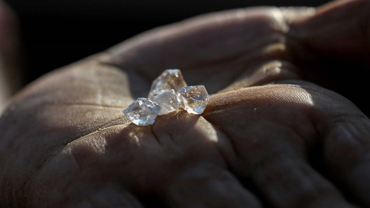 南非村莊驚爆發現「大量鑽石」 專家鑑定後居民反而全崩潰