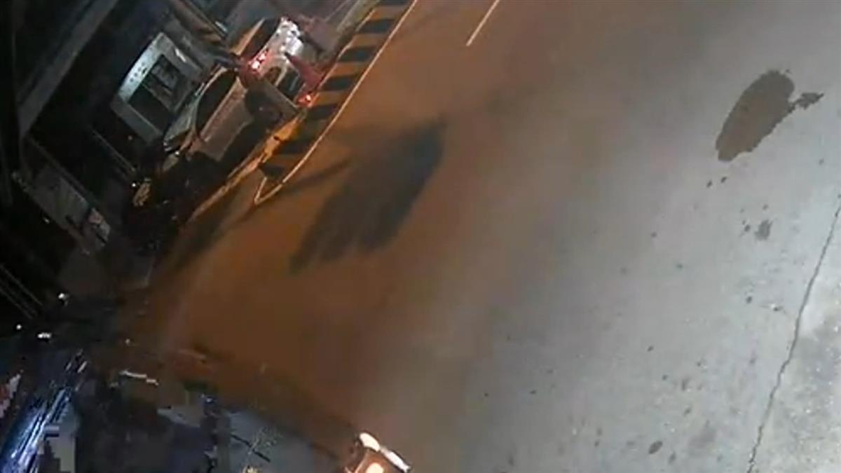 閃躲路邊砂石車!黑車慘撞對向車 副駕女緊急搶救中