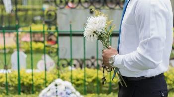 9旬老父剛火化「兒女狂搶骨灰」 火葬場前員工嘆:人心比鬼可怕