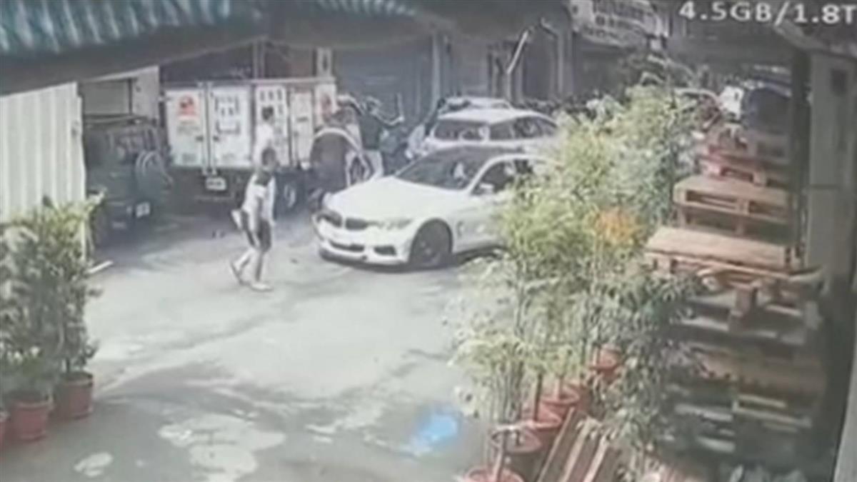 快訊/新店3車路邊談判「2人被擄」現場滿地血