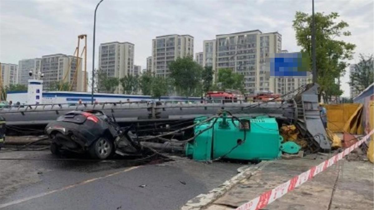90噸打樁機突倒塌 壓碎轎車2人亡...駕駛是億萬富翁