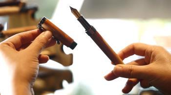 這支鋼筆也太「芭樂」了吧!還是紅心的喔!