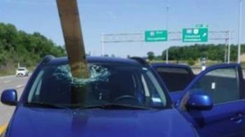 開車上高速公路!木板直插擋風玻璃 幸運妹逃死畫面曝