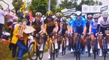 自行車賽出事!粉絲舉牌亂入賽道 選手像骨牌一樣全倒