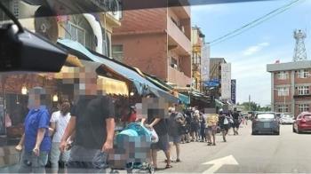 桃園竹圍漁港塞爆了!人流管制進不去 客人狂擠排隊買魚