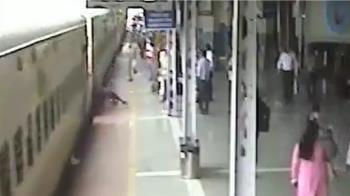 下車時跌倒!老翁衣服捲入車底 慘遭火車拖行