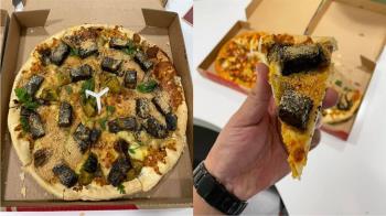 他開箱「香菜皮蛋豬血糕披薩」超驚奇 鄉民曝一招老饕吃法