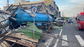 快訊/曳引車撞爛屏東2民宅 駕駛「卡車內」慘死