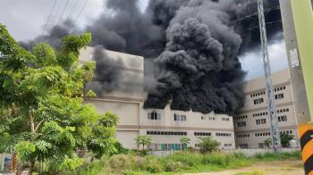 台南華崧工業廠房大火「巨黑濃煙竄天」緊急灌救中