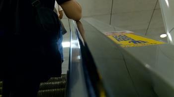 恐怖!Delta確診者搭電扶梯 20分鐘後「他一摸就染疫」