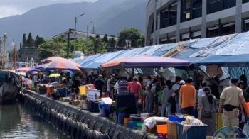 全台三級警戒!宜蘭頭城假日爆人潮 遊客狂擠大溪漁港