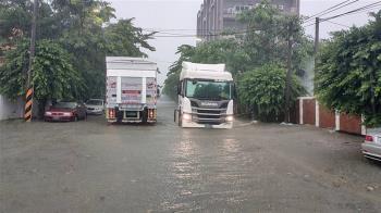 岡山積水20公分高 高雄發布一級淹水警戒