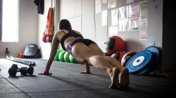 拐23歲乾孫脫光檢查「健身成果」 79歲教練拿姿勢圖想升天