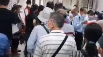 獨/上百名長者湧入! 高榮台南分院疫苗接種區外擠爆