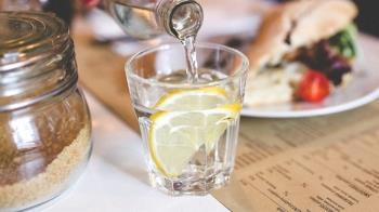 西餐附的「檸檬水」不能喝?知情人揭真實用途