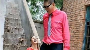 236公分「世界第一巨人」娶小28歲嫩妻 14年後現況超驚人