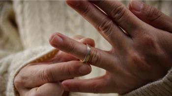 史上最慘!親爸拒給付生活費 離婚男一查「18歲嫩妻變繼母」還生了小孩